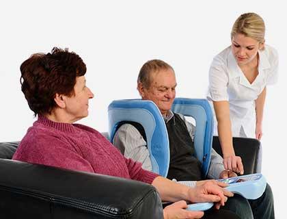 enfermera poniendo aplicador magnetoterapia a paciente