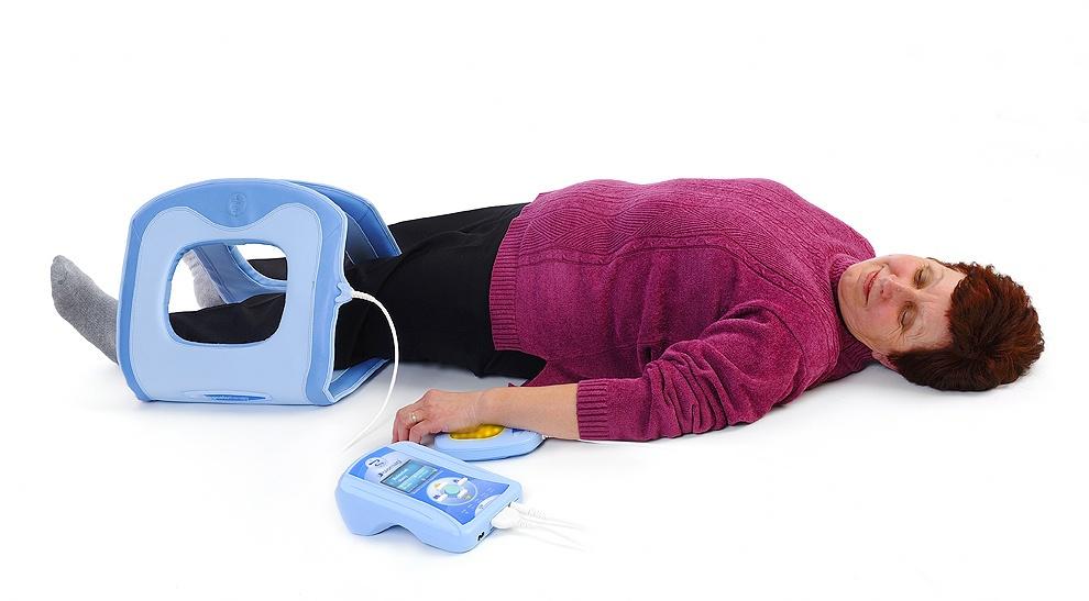 mujer acostada introduce pierna en aplicador